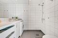Romslig bad med varmekabler og downlights. Opplegg for vaskemaskin