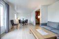 Meget tiltalende oppusset stue med flotte gulv og pene vegger. God plass til både sofagruppe og spisestue