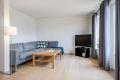 Stue med store vindusflater som gir godt med lys