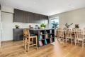 Kjøkken med kjøkkenøy både for oppbevaring- og spiseplass