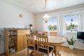 Kjøkken med stor spiseplass. Store vindusflater som gir godt med dagslys.
