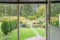 Utgang fra soverommet til overbygget terrasse og egen hagedel som denne leiligheten disponerer og vedlikeholder.