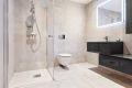 Badet er delikat med fine fliser på gulv og vegger