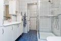 Badet er flislagt med varmekabler i gulv
