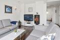 Stuen har fin plass til sofagruppe, samt utstyrt med en lun peisovn