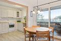 Det er en delvis åpen løsning mellom stue og kjøkken