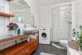 Badet er flislagt på gulv og vegger og har varmekabler i gulvet