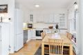 Kjøkkenet har hvit profilert innredning fra Sigdal