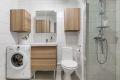 Rommet har moderne baderomsinnredning og en svært romslig dusj