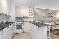 Lys kjøkkeninredning med plass til frittstående hvitevarer