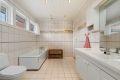 Badet er flislagt med varmekabler i gulvet