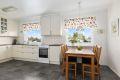 Kjøkkenet er byttet i 2008 med hvit profilert innredning