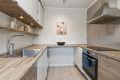 Kjøkkeninnredning er av moderne utførelse godt med skap- og skuffeplass
