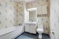 Badet er av eldre dato og utstyrt med badekar, servant og toalett