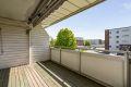 Romslig og solrik balkong med utsikt over nærområdet