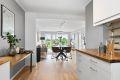 Åpen løsning mellom stue og kjøkken gjør det sosialt og koselig