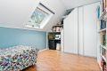 På det minste soverommet er det installert en smart garderobeløsning tilpasset taket