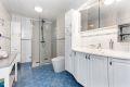 Badet er innredet med klosett, servant på innredning, speilskap m/lys og Aardahl dusjhjørne