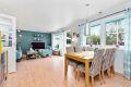 Romslig stue som er malt i lyse og moderne farger