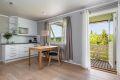 Kjøkkenet er lyst og moderne og har god skap- og benkeplass, samt god plass til spisebord.