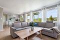 God plass til sofagruppe med tilhørende møblement.