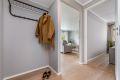Velkommen inn! Innbydende og romslig entre med god plass til å henge fra seg yttertøy og sko.