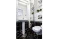 Badet er videre utstyrt med vegghengt wc, søylevask og opplegg for vaskemaskin. Badet ble pusset opp i regi av borettslaget i perioden 2003/04