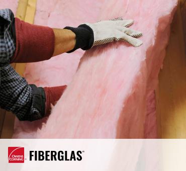 ouvrier installant une isolation en fibre de verre