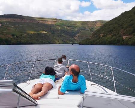 Passeio de Barco Privado em Família ou com Amigos pelo Douro Vinhateiro - Até 10 Pessoas   2 Horas
