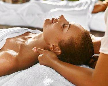 Massagem com Óleo Afrodite e Ritual de Chá para 2 | BeClinic