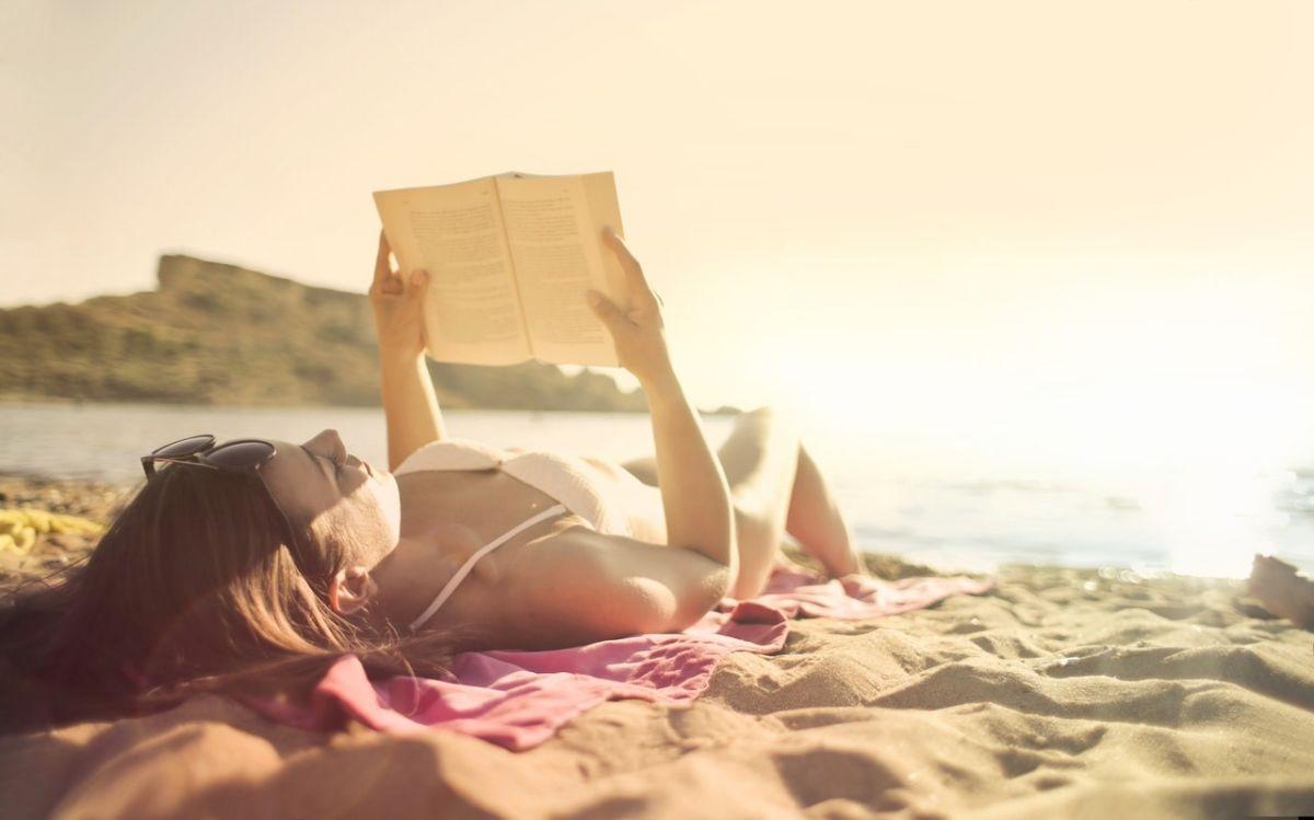 7 livres FEEL-GOOD à dévorer sur la PLAGE cet été