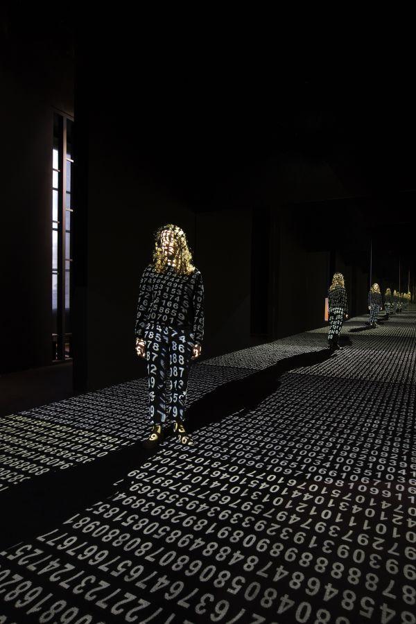 """7 oeuvres d'art fascinantes à l'exposition """"Artistes et Robots"""""""