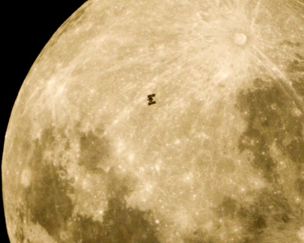 space-station-moon_1744766i