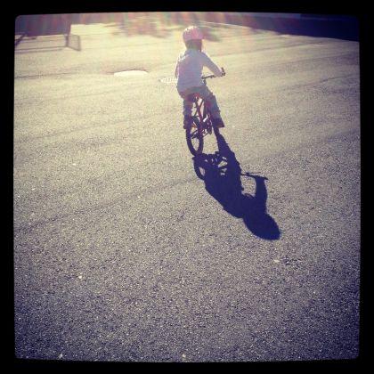 Koser oss i solen, første gang uten støttehjul! Pappaen hadde kanskje hatt behov for støttehjul i dag.