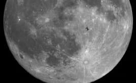 That is no moon - its a space station!|Dét er ingen måne - det er en romstasjon!