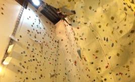 Visiting a climbing wall|Klatrevegg-besøk med idrettsskolen