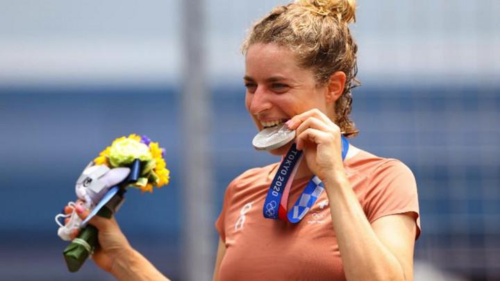 Bất ngờ lý do các nhà vô địch Olympic hay cắn huy chương khi lên bục nhận giải