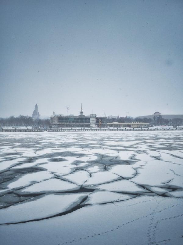 Треснувший лёд на реке