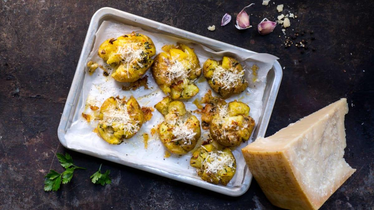 Smashed poteter med hvitløk og Parmigiano Reggiano