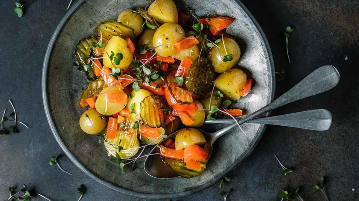 Lun potetsalat med sylteagurk og paprika