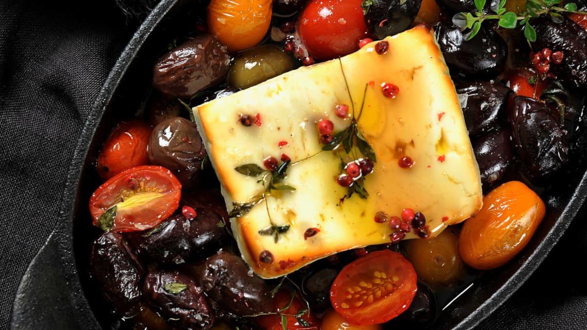 Honningbakt fetaost med oliven og tomater