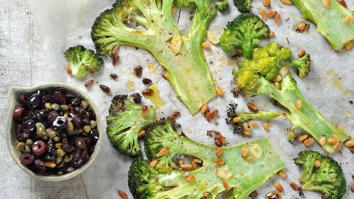 Ovnsbakt brokkoli med oliven - og kaperssalsa