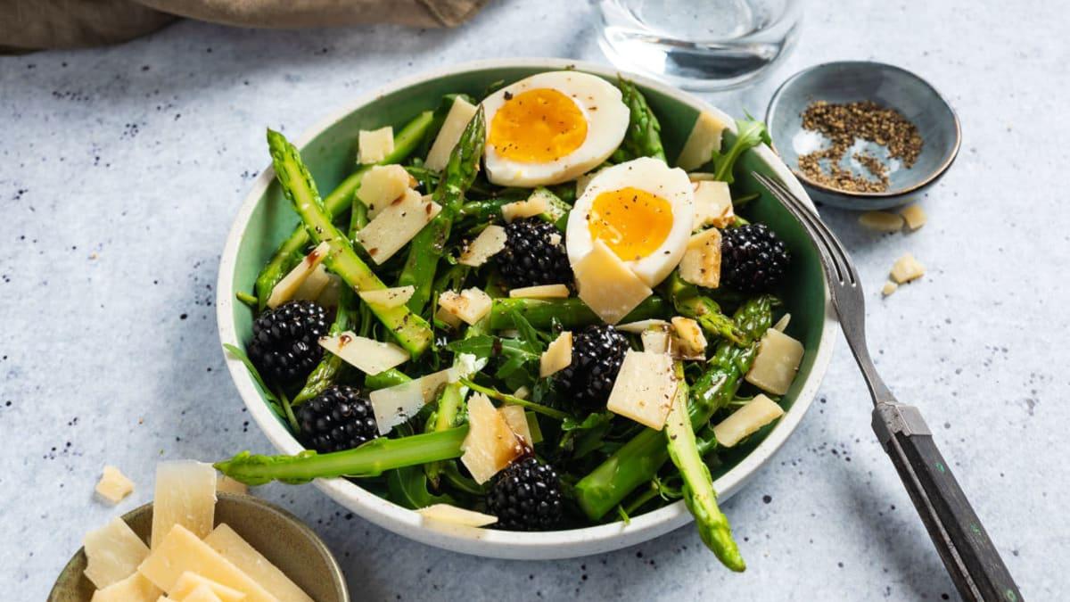 Aspargessalat med parmesan, egg og bjørnebær