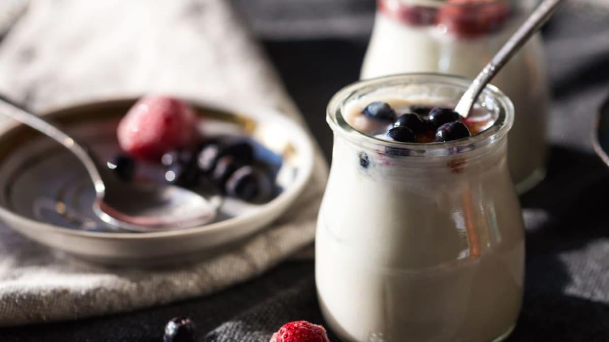 Fersk yoghurt med hvit sjokoladesaus