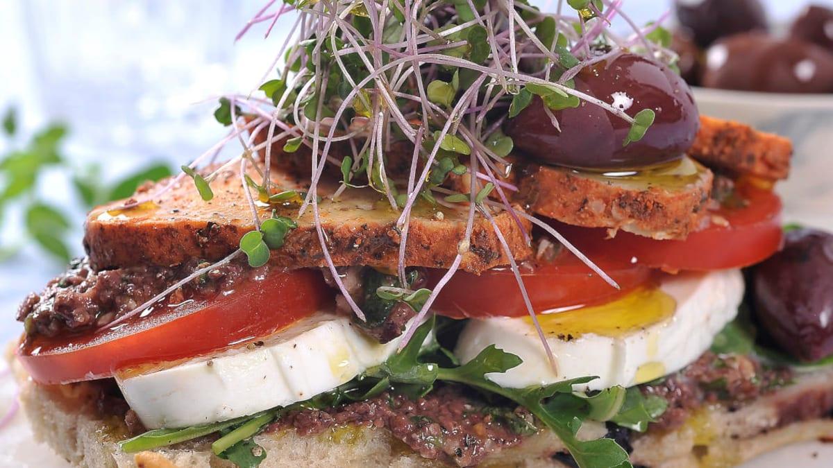 Kyllingsandwich med olivenpesto og mozzarella