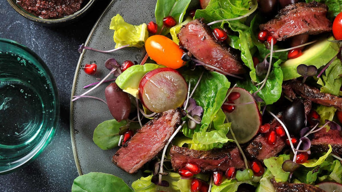 Biffsalat med kalamata oliventapenade