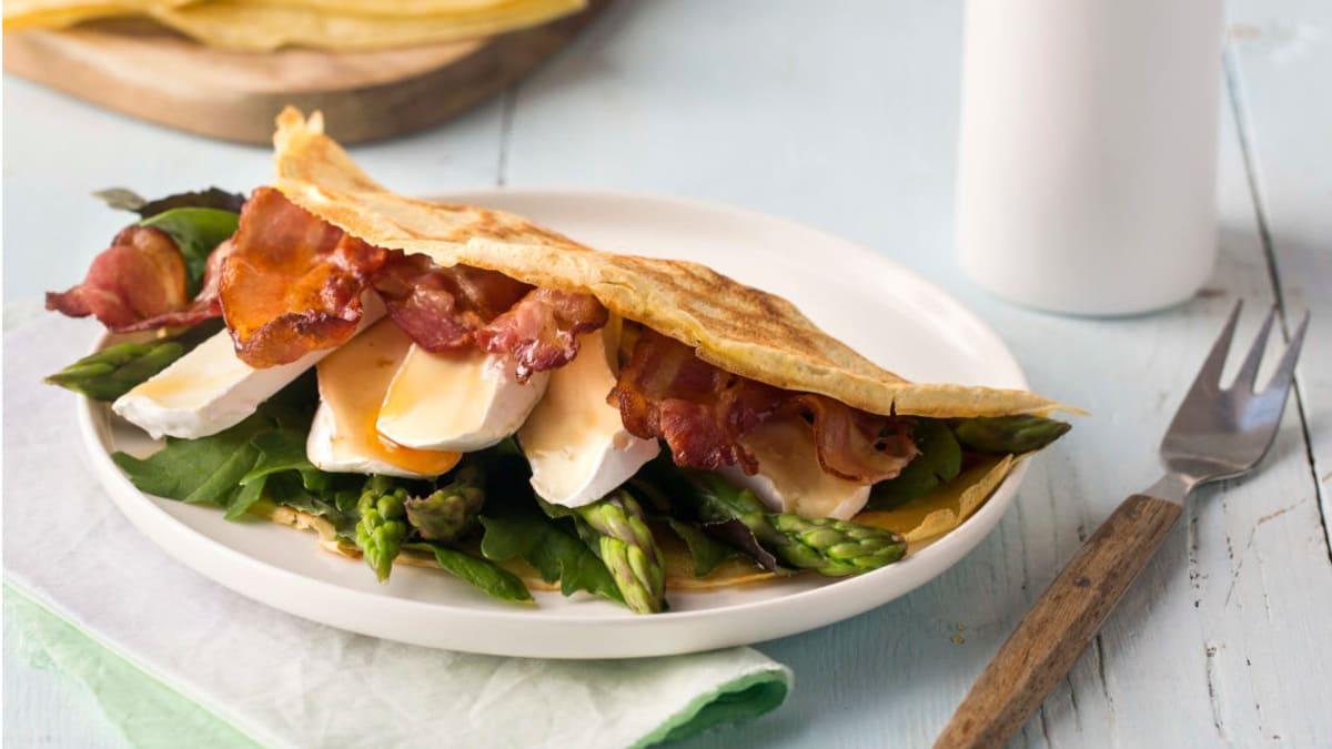 Pannekaker med brie, asparges og bacon