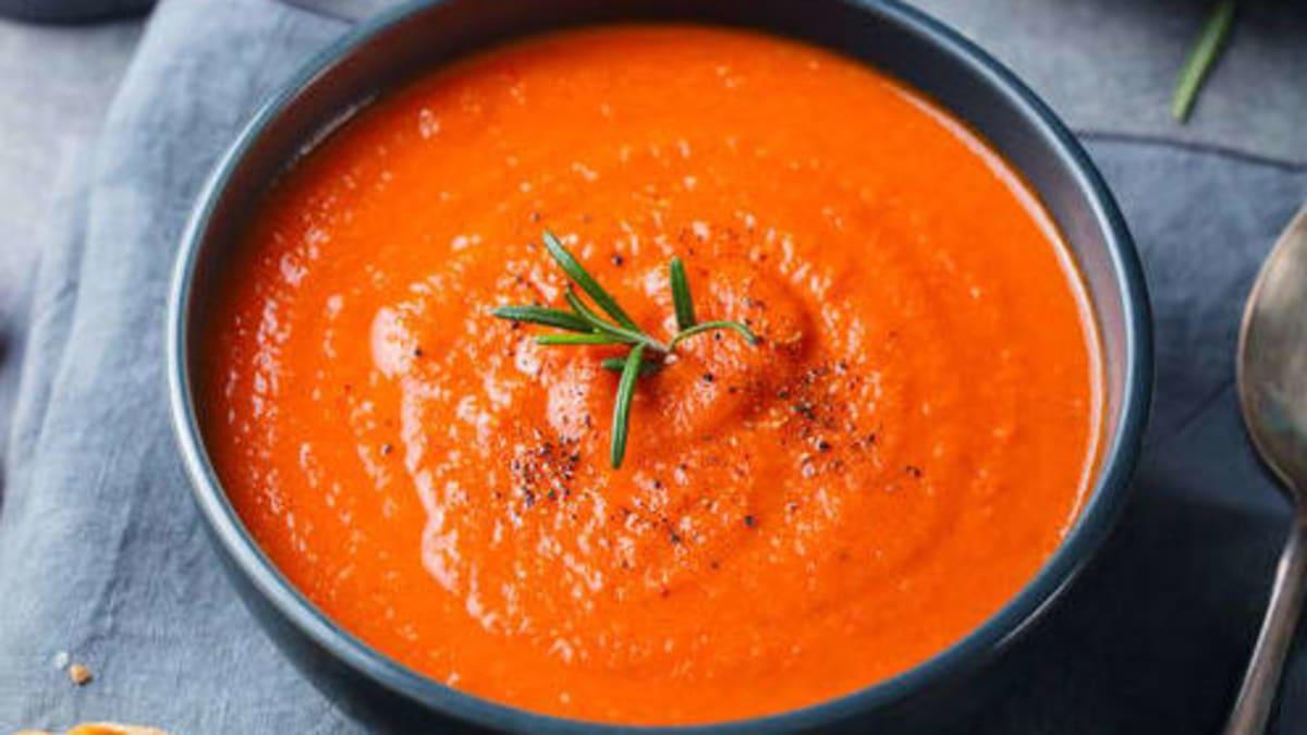 Kremet tomatsuppe med sprø kapers