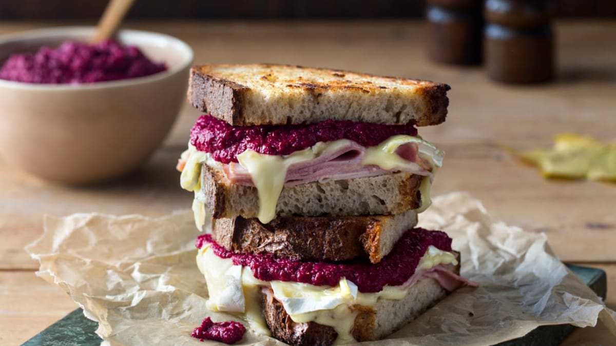 Grillet ostesmørbrød med brie og rødbetkrem