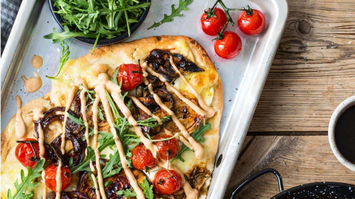 Grillet flatbread-pizza med grønnsaker
